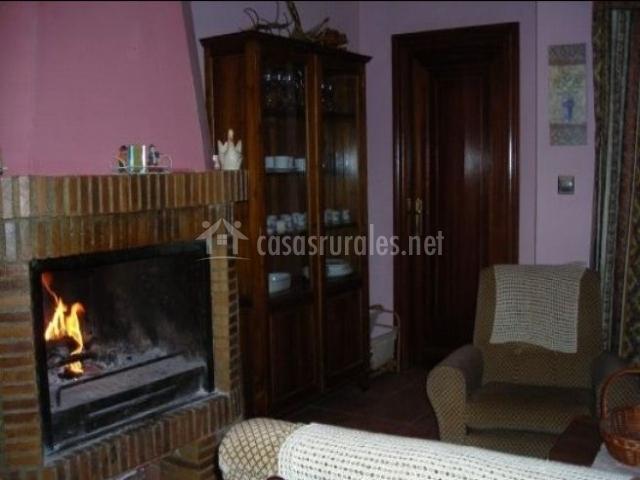 Salón con chimenea rosa