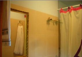 Cuarto baño amarillo con ducha