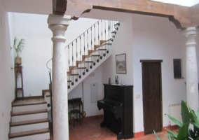 Escaleras y piano