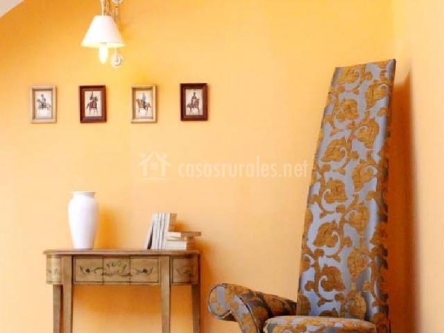 Mesa y silla con respaldo alto