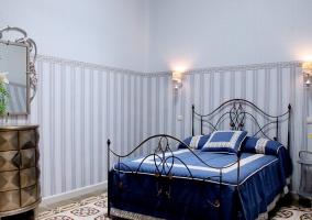 Cama en dormitorio azul