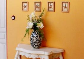 Mesa con jarrón
