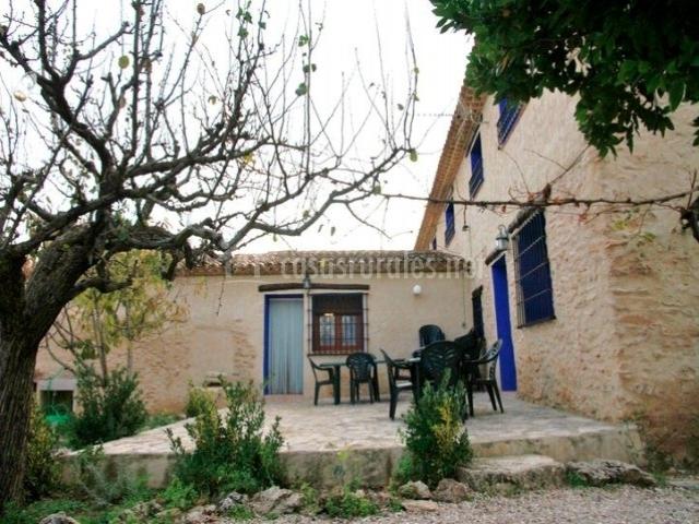 Mobiliario del jardín presente en la terraza de la vivienda
