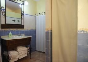 Lencería del hogar presente en un aseo de la vivienda