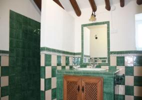Baño alicatado en color verde