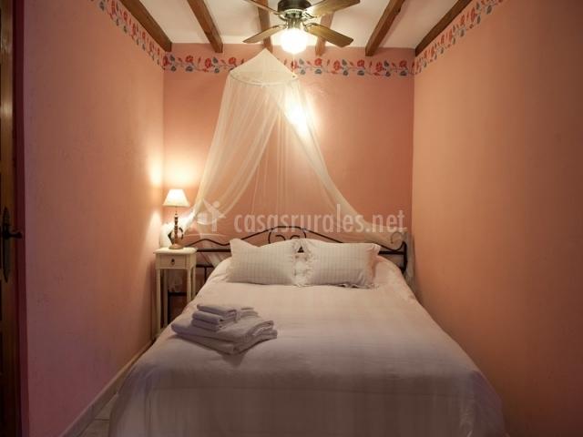 Cama de matrimonio en dormitorio