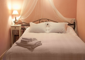 Cama matrimonio en dormitorio