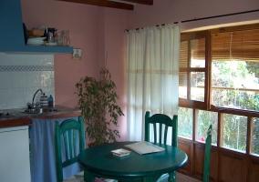Cocina y mesa con vistas