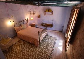 Dormitorio con una cama de matrimonio