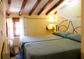 Camas individuales en dormitorio