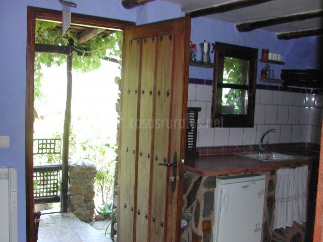 Cocina y puerta del apartamento