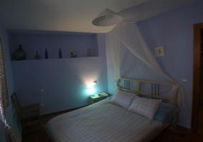 Dormitorio azul con cama
