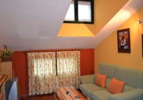 Sala de estar abuhardillada de la vivienda