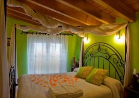 Dormitorio con cama con corazón