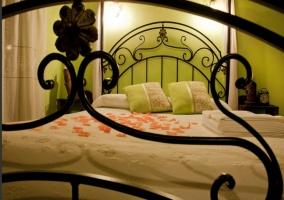 Dormitorio con pétalos en la cama y ventanal