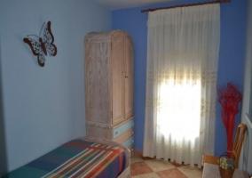 Armario empotrado en un dormitorio con cama individual