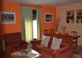 Sala de estar con sofás y mesita
