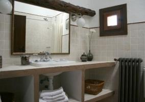 Baño sin muebles con encimera