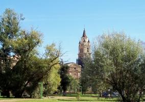 Catedral al fondo del parque del Cidacos en Calahorra
