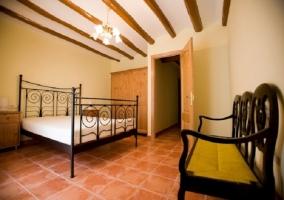 Habitación con cama de matrimonio y armario empotrado