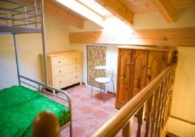 Habitación con litera en la buhardilla