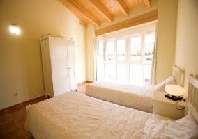 Habitación muy luminosa con dos camas individuales
