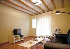 Salón con sofá, sillón y televisión