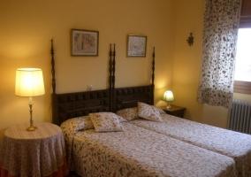 Dormitorio doble con mesas redondas