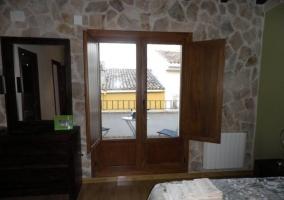 Terraza de la vivienda con mobilario de jardín