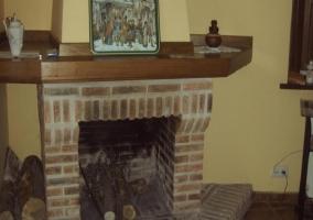 Salón con hogareña chimenea