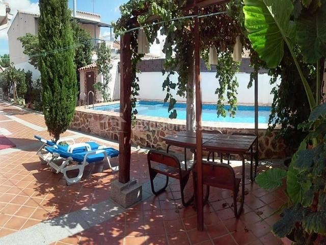 Tumbonas junto a la piscina de la vivienda