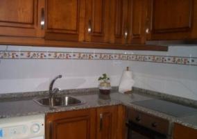 Mesa de comedor en sala con paredes blancas