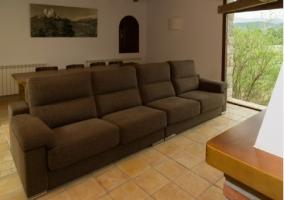 Sala de estar con cuadro paisajístico