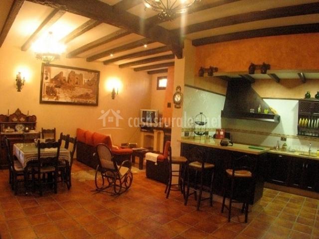 Casa rural la torna en carcabuey c rdoba for Salon comedor cocina mismo espacio