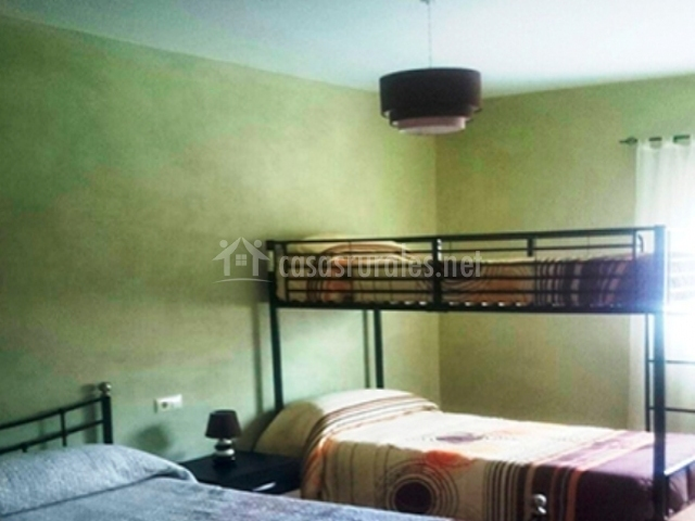 Dormitorio con cama de matrimonio e individuales