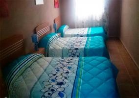 Dormitorio con 3 camas individuales