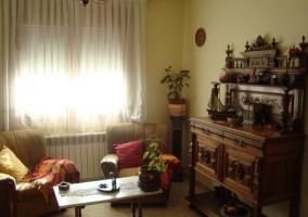 Sala de estar con sofá y sillón