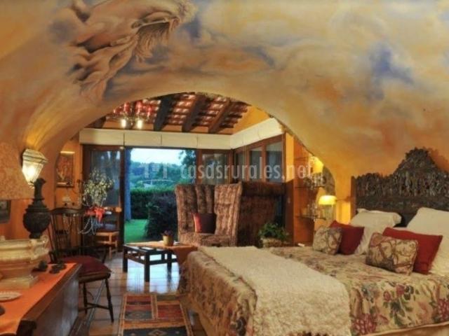 Dormitorio con techos abovedados