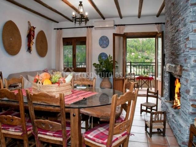 Comedor y sala de estar con salida a terraza