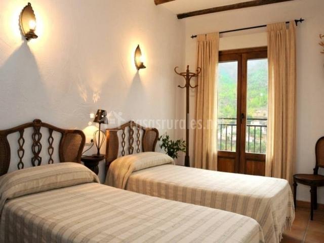 Dormitorio blanco con dos camas individuales