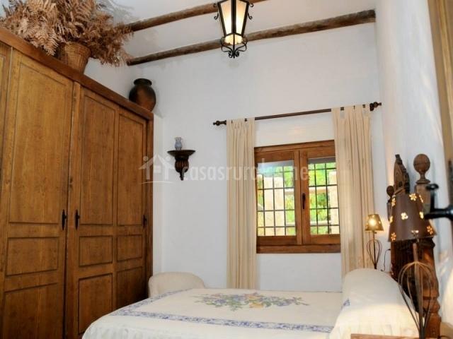 Dormitorio con cama doble y armario grande