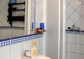 Aseo con azulejos blancos y detalles azules