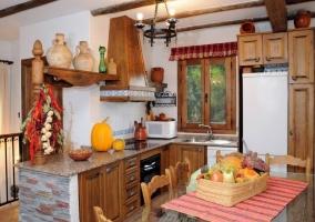 Mesa de comedor y cocina abierta
