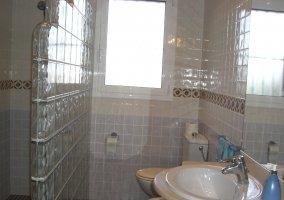 Cuarto de baño con vidriera