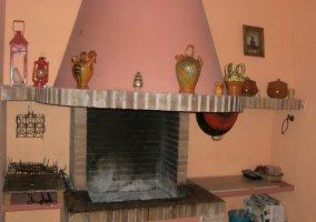 Salón con chimenea decorada
