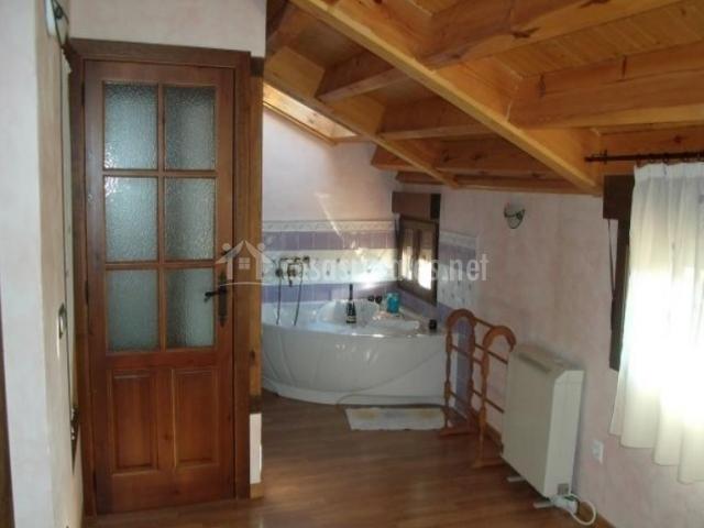 Bañera de hidromasaje en dormitorio abuhardillado