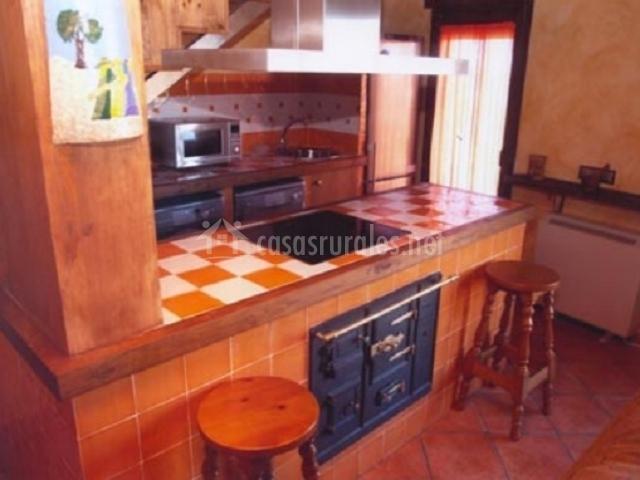 Cocina con azulejos blancos y naranjas