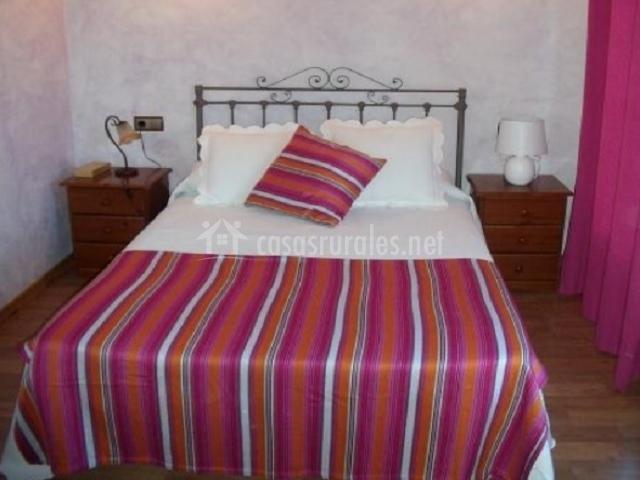 Dormitorio con cama doble y mesillas