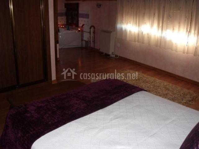 Dormitorio en buhardilla con jacuzzi