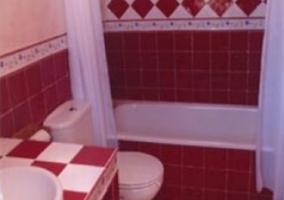 Aseo con azulejos rojos